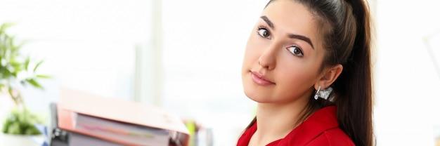 Donna sovraccarica al ritratto sul posto di lavoro