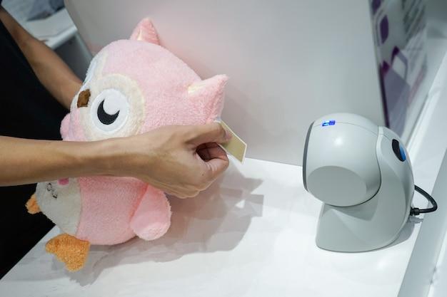 Il giocattolo del gufo viene scansionato per la vendita nel negozio di giocattoli