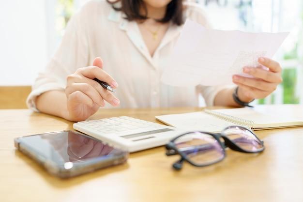 Proprietario seduto sul calcolo dell'imposta annuale braccialetti dal fatturato per ridurre l'imposta.
