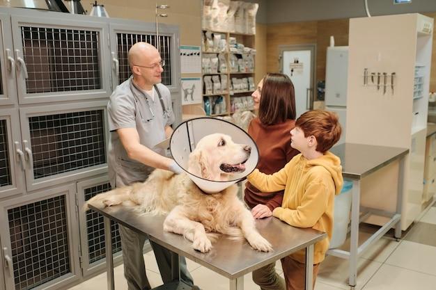 Proprietari di consulenza cinofila con veterinario presso clinica veterinaria
