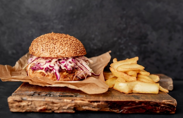 Hamburger di coda di bue con patatine fritte di cavolo su un tavolo di pietra