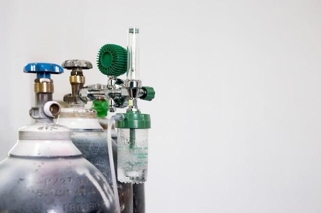 Cilindro dell'ossigeno e manometro del regolatore