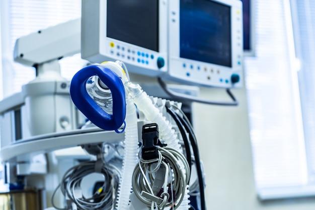 Attrezzatura per inalazione di ossigeno nella stanza d'ospedale