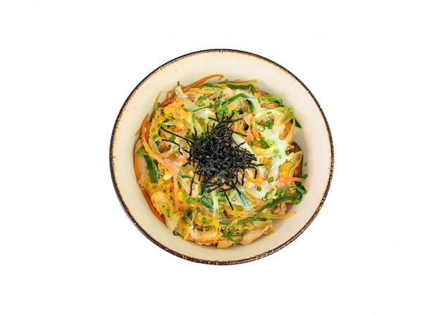 Pollo di oyakodon con l'uovo e le verdure in ciotola