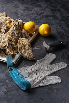 Ostriche sul bancone in un vassoio. vendere ostriche al mercato del pesce. banner di gusci di ostriche fresche