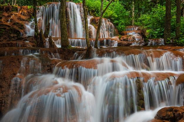 Cascata di pa-wai, bella cascata nella provincia di tak, thailand.