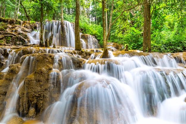 Pa wai waterfall, bella cascata in foresta pluviale tropicale, tak province, tailandia