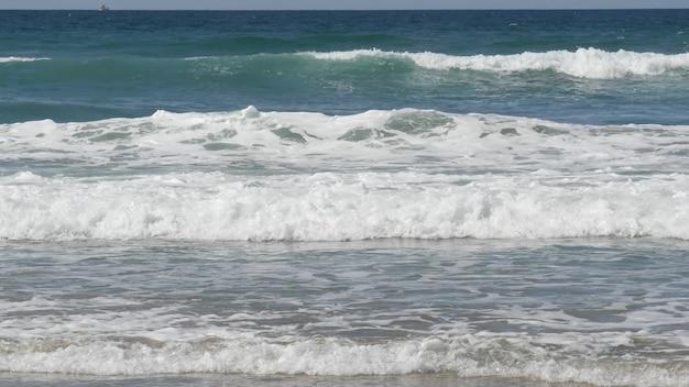 Grandi onde dell'oceano pacifico che spruzzano, vista sul mare della costa della california usa. struttura della superficie dell'acqua e schiuma di mare