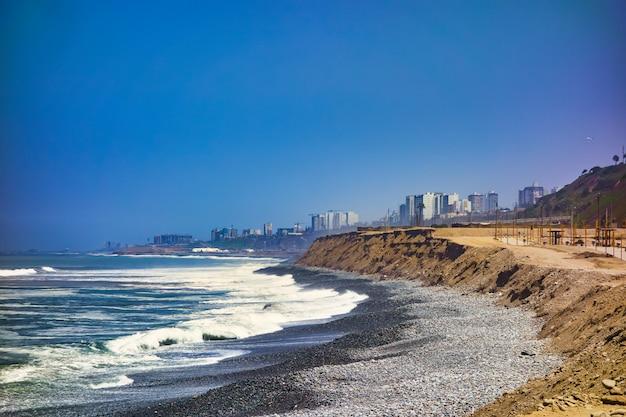 La costa dell'oceano pacifico sulla città di lima in perù