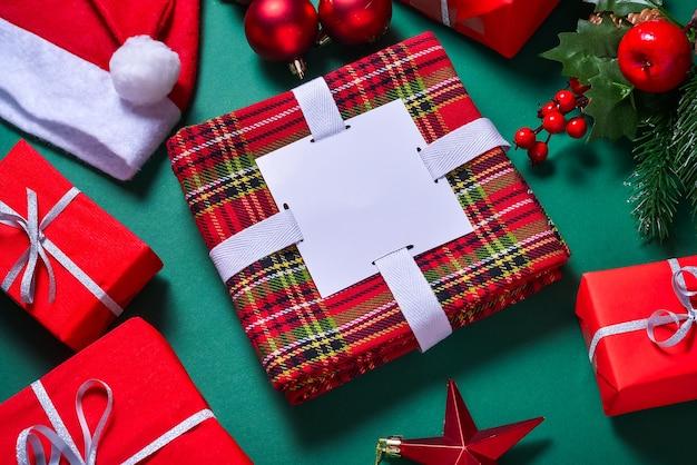Confezione di asciugamani in stile natalizio su superficie verde