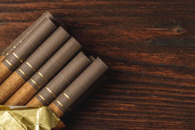 Pacchetto di sigarette si chiuda sul tavolo di legno