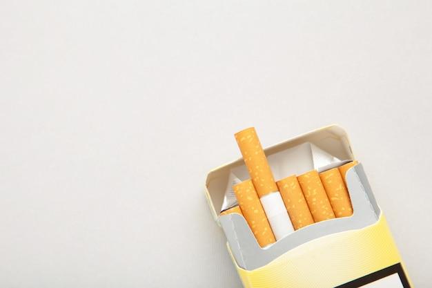 Pacchetto di sigarette su sfondo grigio
