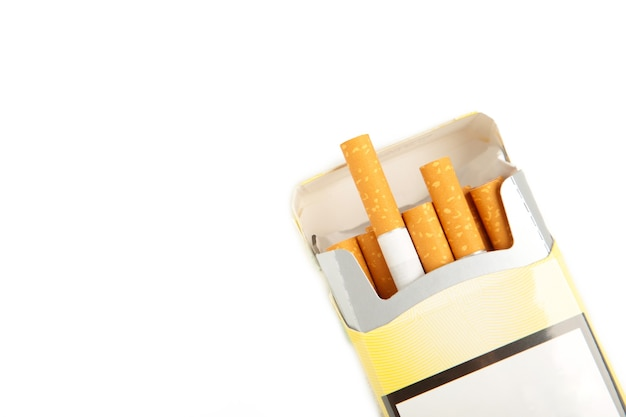 Pacchetto di sigarette isolato su sfondo bianco