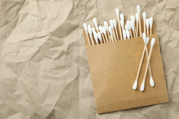 Confezione di tamponi di cotone su sfondo di carta artigianale