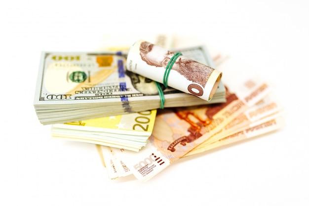 Pacco di soldi da diversi paesi sul tavolo. dollari, euro, grivna, rubli russi, tasso di cambio.