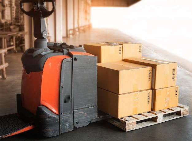 Imballo scatole su pallet con carrello elevatore elettrico pallet jack load at the warehouse