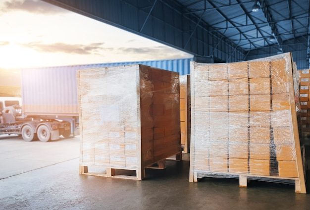 Imballo scatole film plastico avvolto su pallet spedizioni carico camion merci logistica trasporto