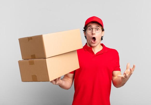 Il pacchetto fa sentire il ragazzo estremamente scioccato e sorpreso, ansioso e in preda al panico, con uno sguardo stressato e inorridito