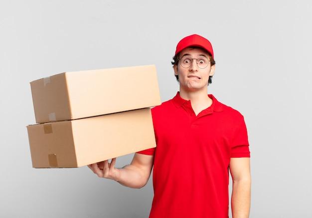 Il pacco consegna un ragazzo dall'aspetto perplesso e confuso, mordendosi il labbro con un gesto nervoso, non conoscendo la risposta al problema