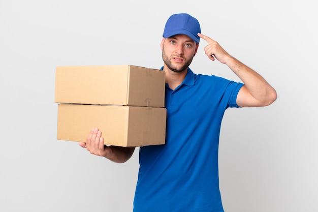 Il pacchetto consegna l'uomo che si sente confuso e perplesso, mostrando che sei pazzo
