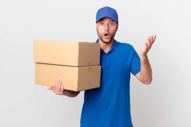 Il pacchetto fa sentire l'uomo estremamente scioccato e sorpreso