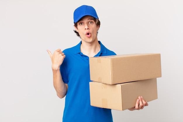 Il pacco consegna l'uomo che sembra stupito per l'incredulità