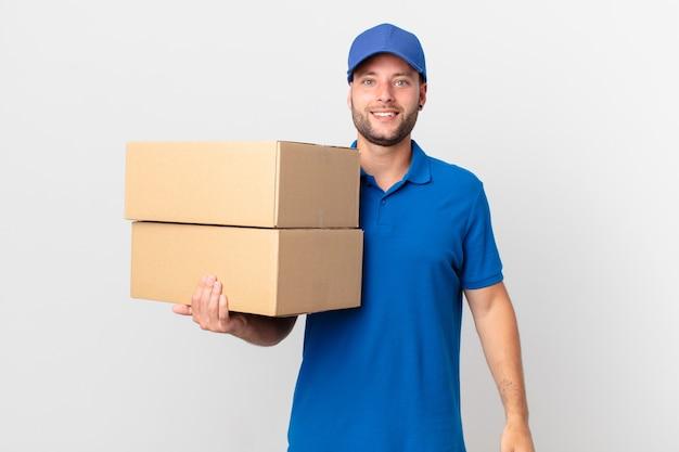 Il pacco consegna un uomo che sembra felice e piacevolmente sorpreso