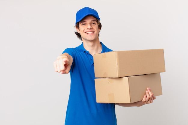 Il pacco consegna l'uomo che indica la telecamera scegliendo te