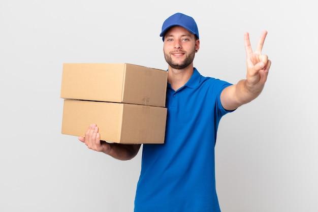 Il pacco consegna l'uomo sorridente e dall'aspetto amichevole, mostrando il numero due