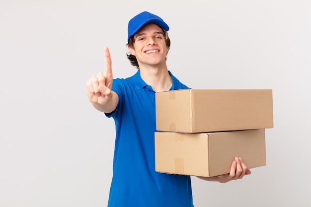 Il pacchetto consegna l'uomo che sorride con orgoglio e sicurezza diventando il numero uno