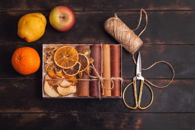 Scatole di confezionamento con snack dolci di frutta - pastiglie e frutta secca.