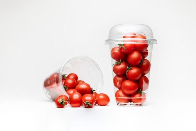 Confezione di pomodorini. spazio bianco isolato. spazio ciliegia.
