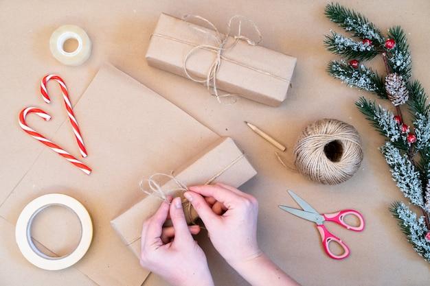 Confezione di regali di natale in carta kraft, realizzata a mano