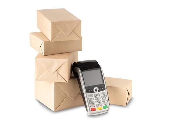 Pacchi imballati e terminale di pagamento isolato su sfondo bianco