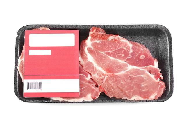 Pezzi confezionati di carne di maiale, isolati su bianco