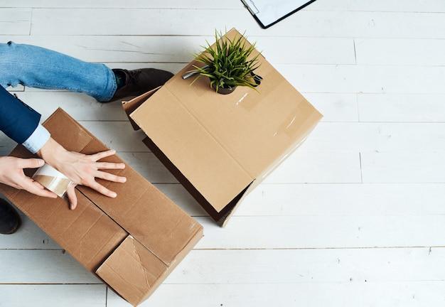 Scatole di imballaggio cambiano lavoro responsabile dell'ufficio. foto di alta qualità