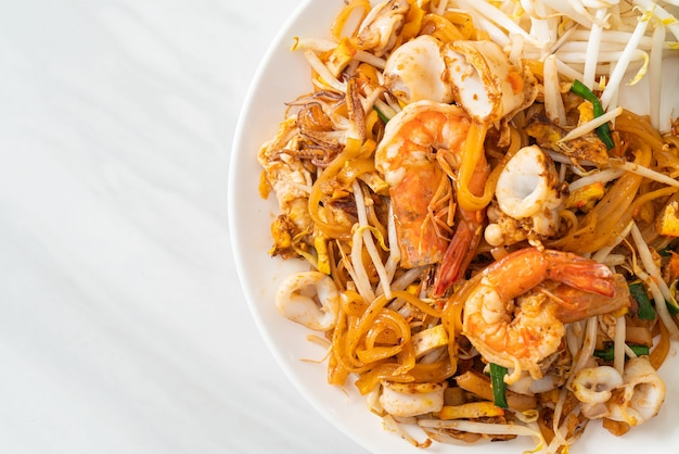 Pad thai seafood - tagliatelle saltate in padella con gamberi, calamari o polpo e tofu in stile tailandese