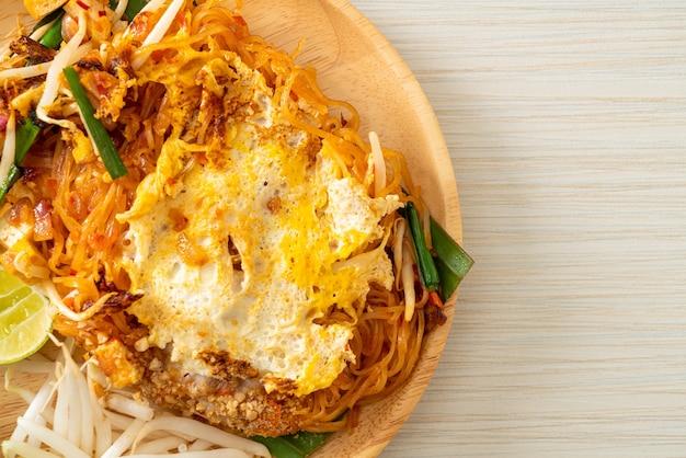 Pad thai - tagliatelle saltate in padella in stile tailandese con uova - stile di cibo asiatico