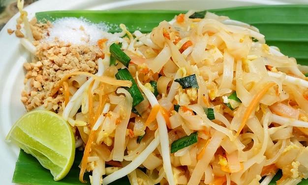 Noodles pad thai o saltati in padella con arachidi tostate