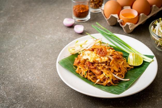 Pad thai - spaghetti di riso saltati in padella con gamberetti al sale essiccato e tofu