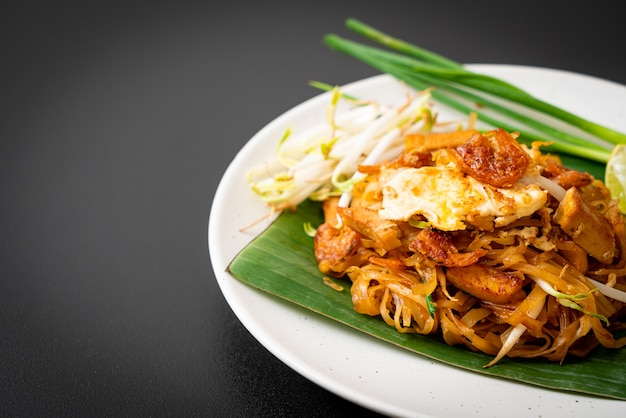Pad thai - spaghetti di riso saltati in padella con gamberi secchi al sale e tofu