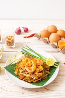 Pad thai - spaghetti di riso saltati in padella con gamberetti - stile tailandese