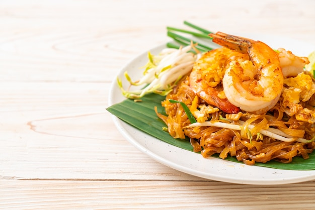Pad thai - spaghetti di riso saltati in padella con gamberi - stile cibo tailandese