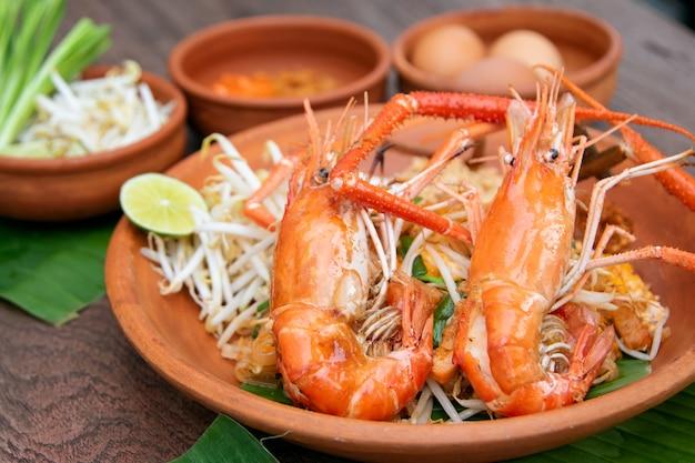 Pad thai o thai style noodle saltati in padella con gamberetti interi