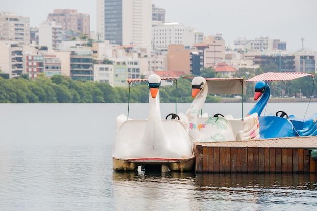 Pedalò dalla laguna di rodrigo de freitas a rio de janeiro in brasile.