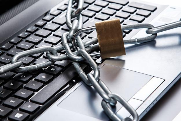 Lucchetto e catena sulla tastiera