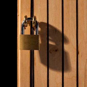 Lucchetto sulla porta di legno