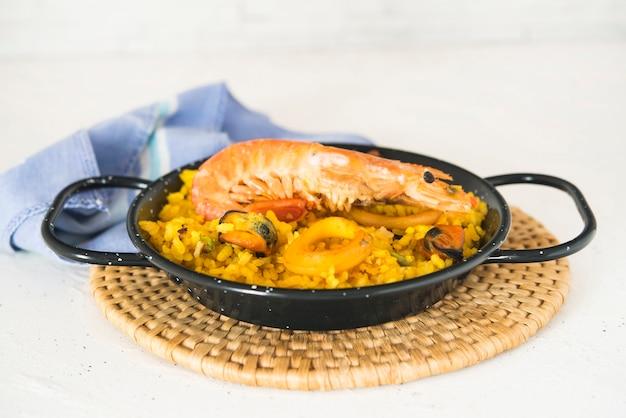 Paella tipica cucina spagnola in fondo di granito