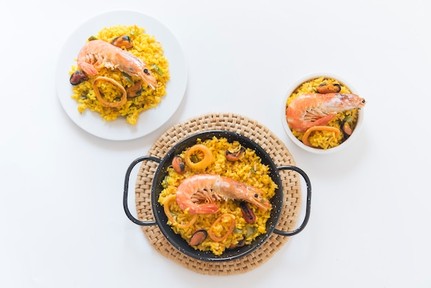 Paella tipica cucina spagnola su bianco