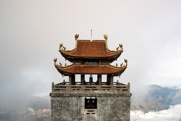 Una pagoda in cima al monte fansipan, vietnam.
